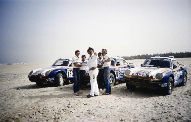 Claude Brasseur (2e van links) met Jacky Ickx voorop de 959 in de Rally Parijs-Dakar. (Foto: Porsche AG)