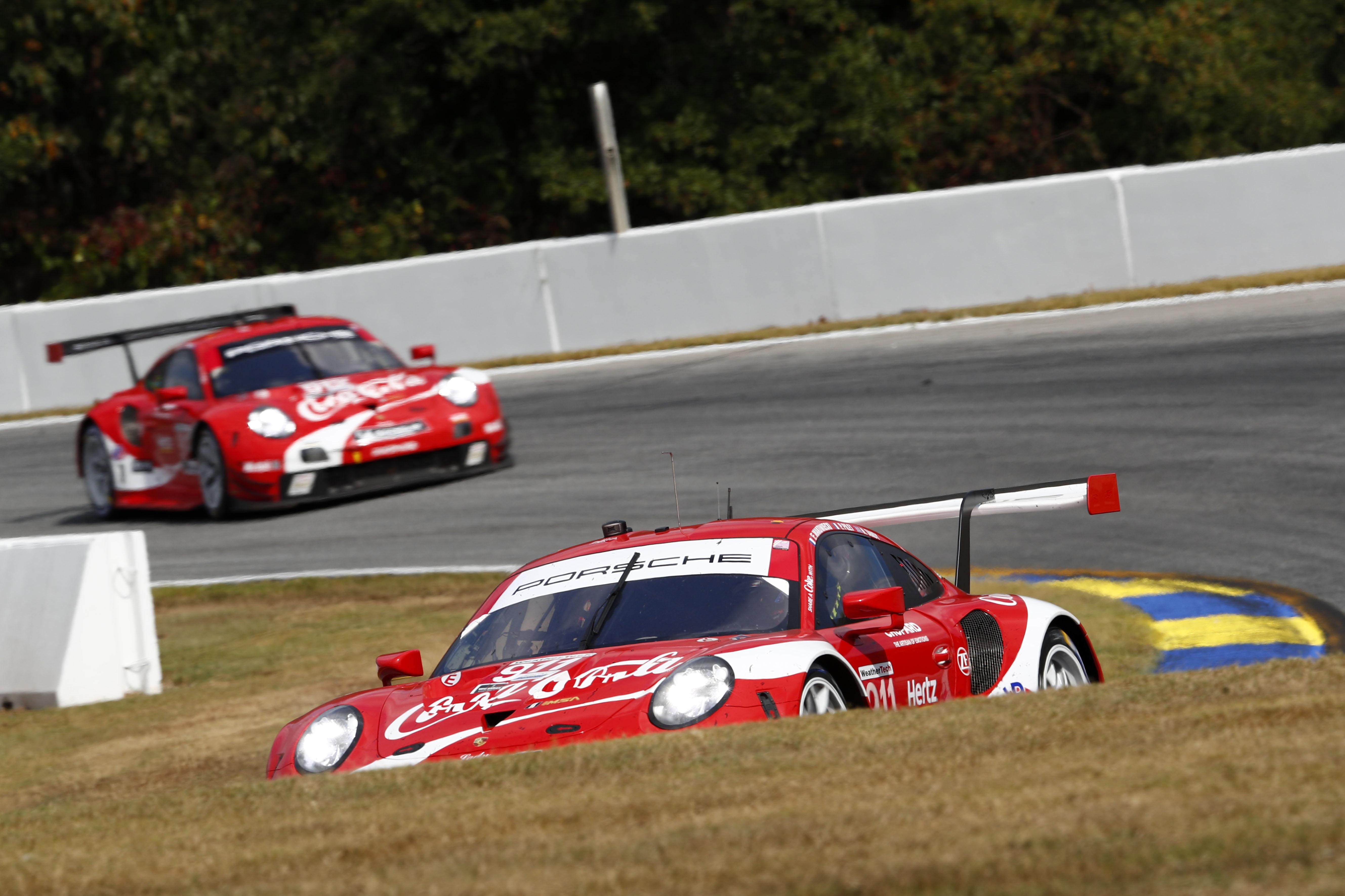De beide fabrieks-Porsche 911 RSR's reden tijdens de tien-uursrace Petit Le Mans in Coca-Cola-kleuren.